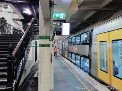 シドニートレインズ セントジェームズ駅 ホーム 電車